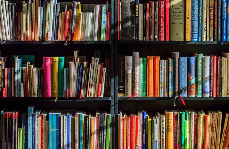 buecherregal in der bibliothek des tfg mobil